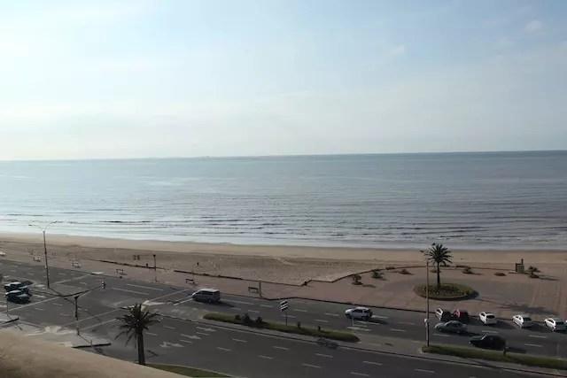 A vista da janela do hotel para a praia do Rio da Prata
