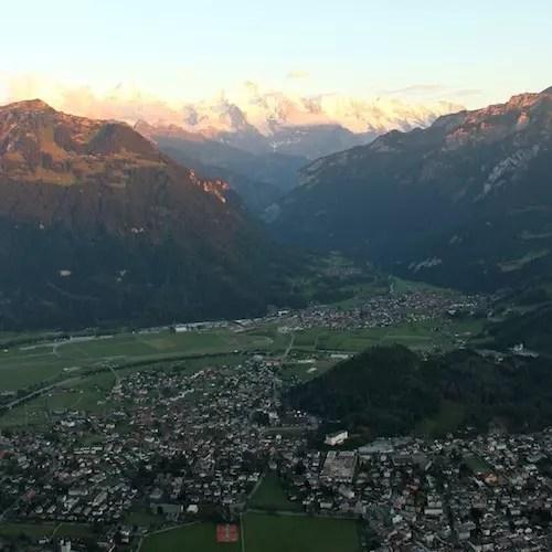 As grandes atrações estão ao redor da cidade: as montanhas e lagos