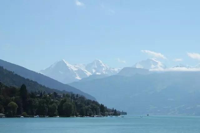 O Lago de Thun e o trio famoso de montanhas ao fundo onde há neve até mesmo no verão
