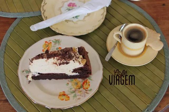 Eu tomei só um café com torta, mas na próxima quero tomar o chá que eu fotografei acima de uma turma de senhoras!