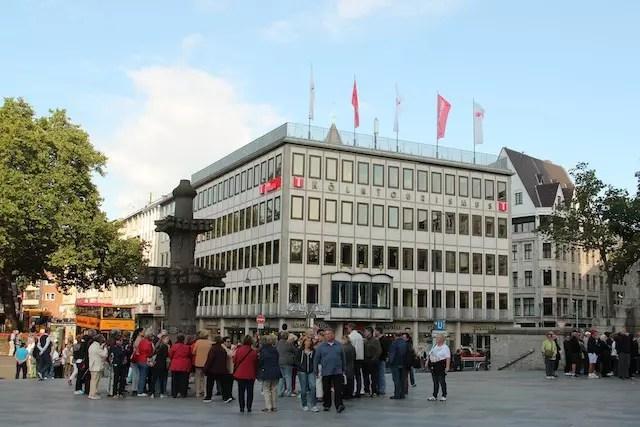 Uma loja repleta de souvenirs no subsolo do Centro de Informações Turísticas de Colônia, em frente à Catedral