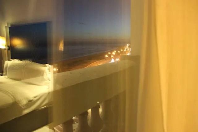 a foto está fora de foco, mas passa um pouco do clima à noite no quarto com a praia na janela