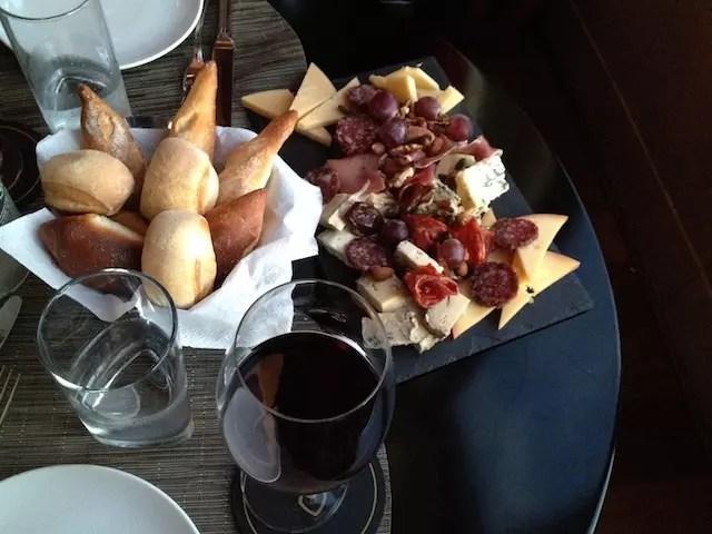 Bar Thays com taça de vinho e tábua de frios no fim da tarde: programão!