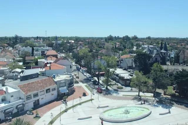 O bairro e ao fundo a bela igreja Stella Maris de Carrasco