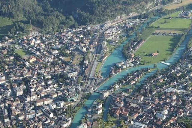 E a cidade de Interlaken bem em frente ao mirante