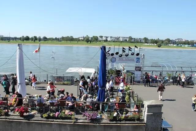 No verão, há muita animação e barcos às margens do Reno na Rheinuferpromenade