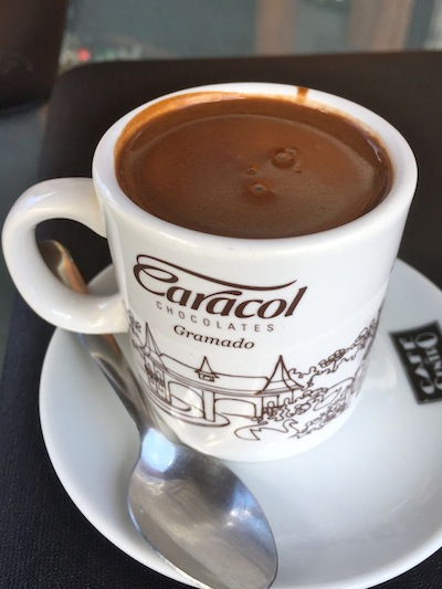 No lugar do cafezinho, um minichocole quente