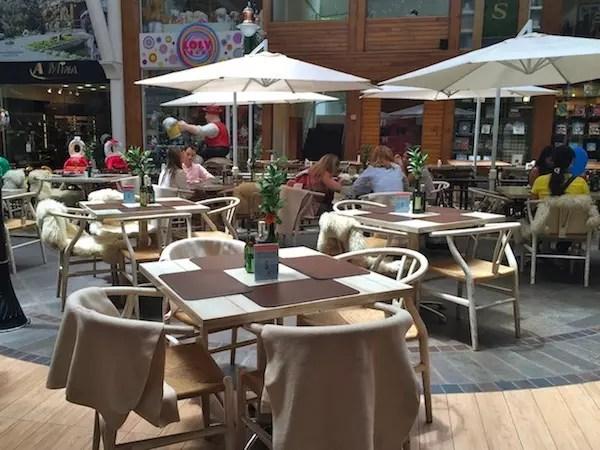 mesas da área externa dentro centro comercial  Largo da