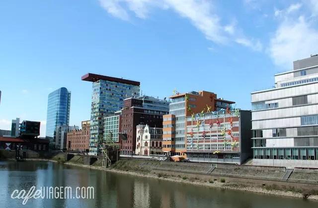 Chegando em no moderno bairro de MedienHafen (ao fundo, o prédio do Meliá)