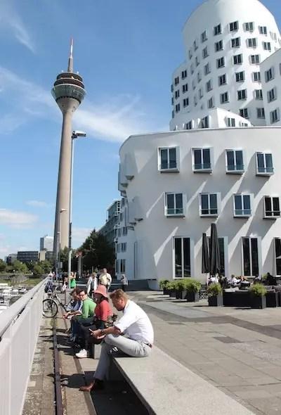 Passando pela Torre da TV e pelos prédios tortos de Frank Gehry