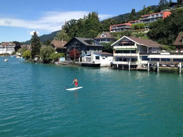 No lago há muita gente velejando e fazendo stand up paddle no verão