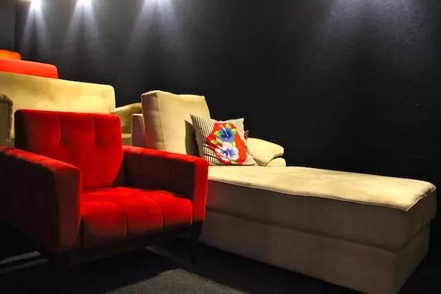 O charme da sala de cinema com poltronas, uma diferente da outra