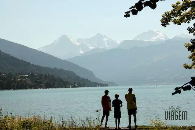 O visual do verão. A região está situada entre os lagos Thun e Brienz, lagos cristalinos, e pelo imponente trio rochoso de Eiger, Mönch e Jungfrau (ao fundo da foto)