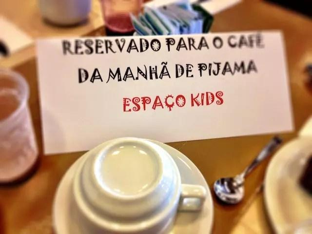 (legenda: diversão até na mesa reservada para as crianças no café da manhã!)