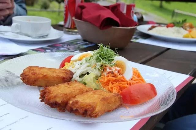 meu prato com salada e croquete rösti