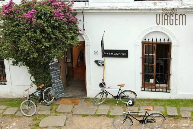 Local que oferece lanches, café e tours de bike por Colonia