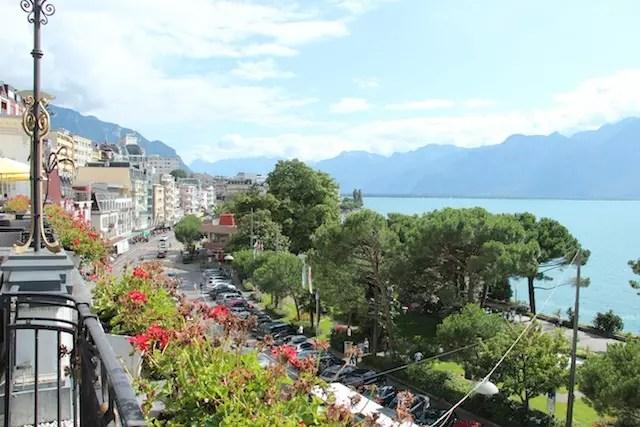 O visual de Montreux de terraço do Hotel Suisse Majestic