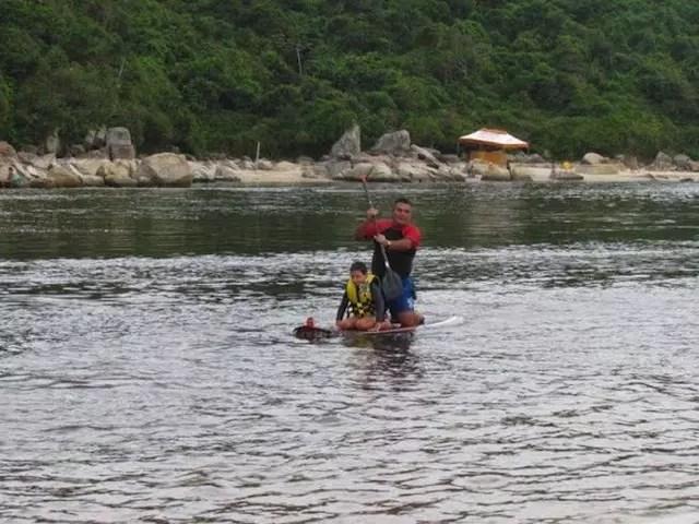 Cruzando o rio da Guarda do Embaú