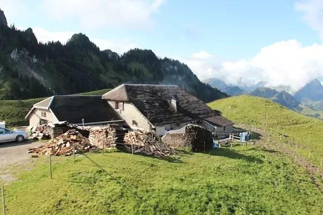 O chalé da família Piller no alto da montanha e ao lado do teleférico de Charmey