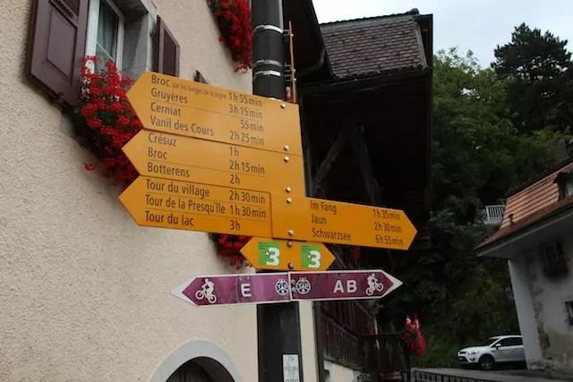 De um vilarejo ao outro, há trilhas e placas apontando o tempo de caminhada do trajeto! Adorei