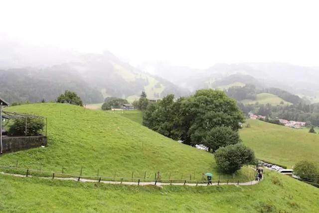 Até na chuva, muita gente caminha, faz hiking