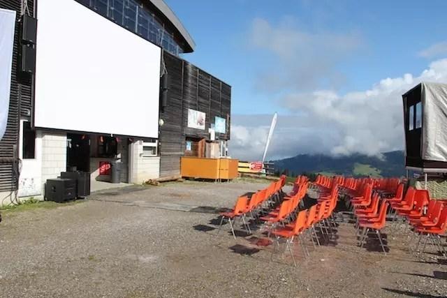 Até cinema rola no verão no alto da montanha em Charmey