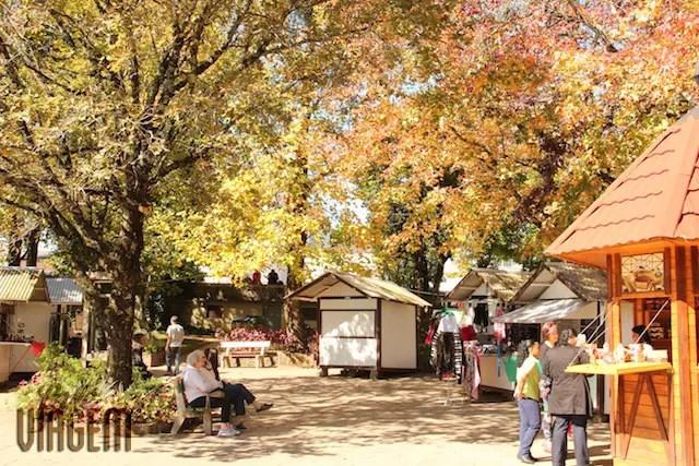 Praça das Flores com o Labirinto Verde - uma das raras atrações gratuitas da região