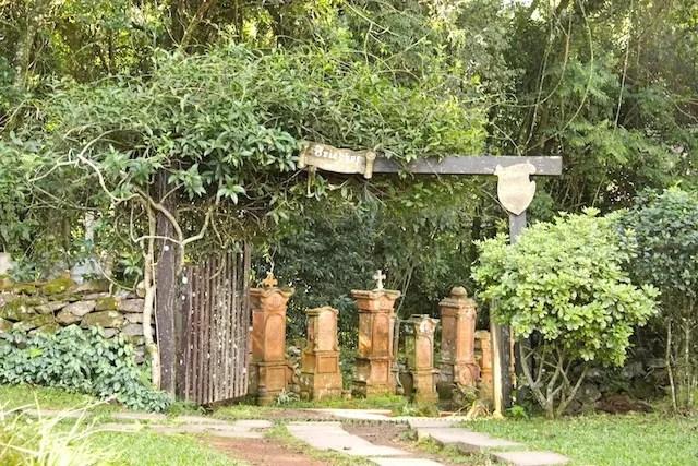 A pequena  aldeia tem até cemitério