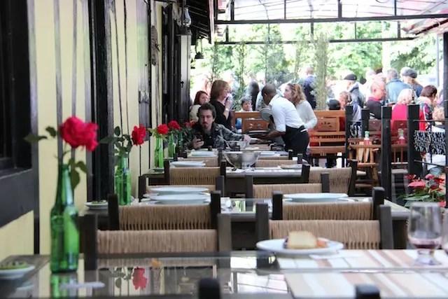 Prefira as mesas ao ar livre se não estiver muito frio!