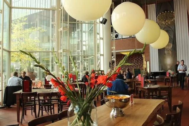 Café do Museu Ludwig em Colônia na Alemanha, ambiente gostoso do lado de fora e do lado de dentro