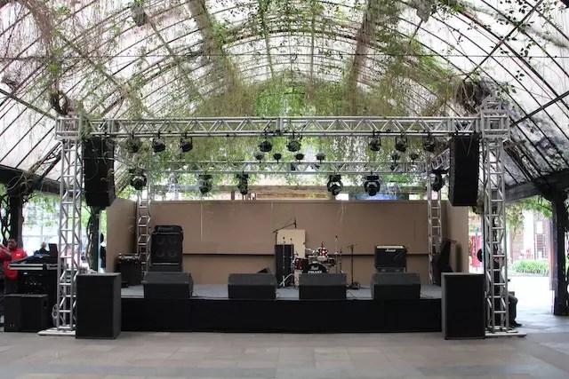 O palco na Rua Coberta está montado para shows e música no festival
