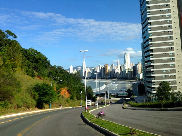 A rua à beira mar que leva até o hotel no alto do morro