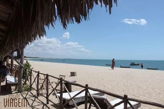 A praia em frente ap restaurante e pousada