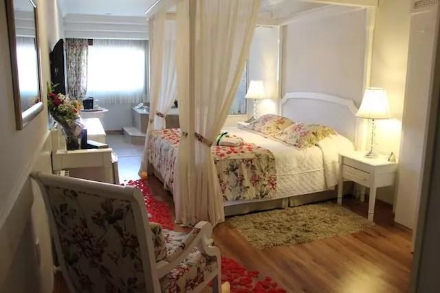 A suíte luxo especial com decoração especial para casais apaixonados