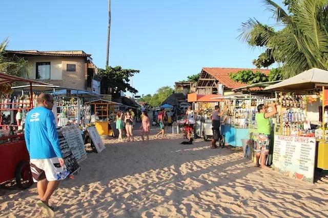 No fim da tarde, as barraquinhas de bebidas entre a Rua Principal e a beira da praia