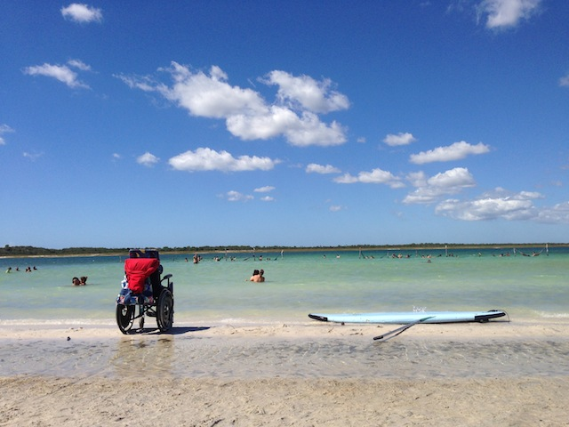 mesmo com o acesso difícil pela areia, o paraíso é de todos, certo?