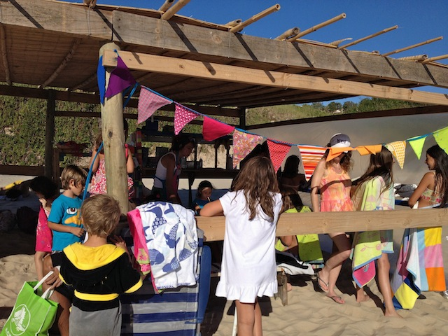 as tendas com brincadeiras e arte na praia