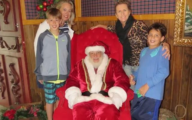 A Ju , o Gui e seus amigos na Casa do Papai Noel da Vila do Sonho