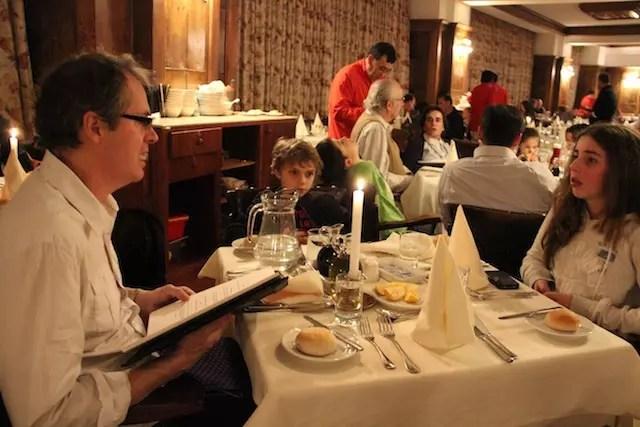 E a noite, família chique de vela na mesa