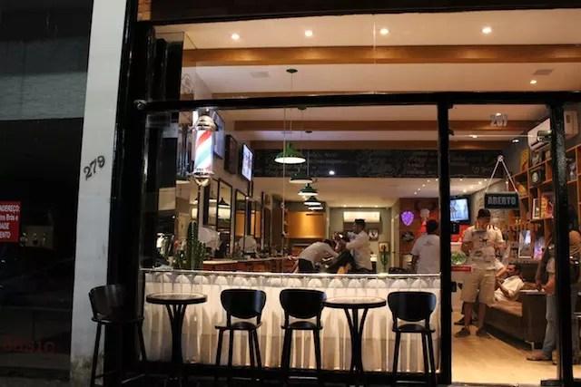 uma simpática barbearia e bar ao lado do hotel