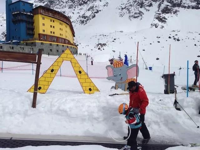 a pista ao lado do hotel onde crianças e iniciantes dão os seus primeiros passos
