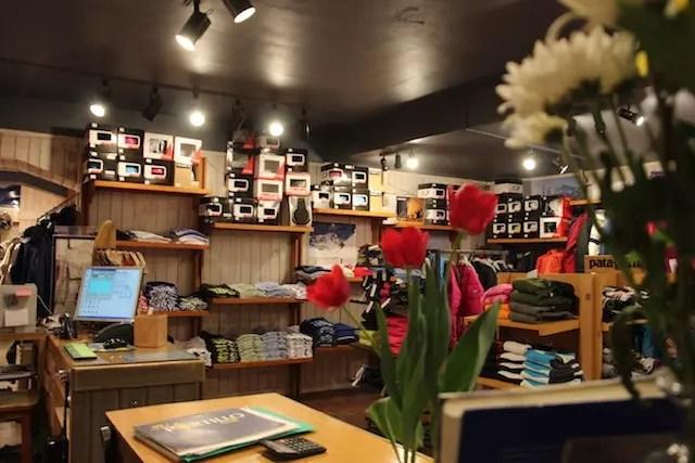 Afora o aluguel de equipamento e roupas, há uma loja entro do hotel com vestuário, bebidas e um livro belíssimo sobre Portillo