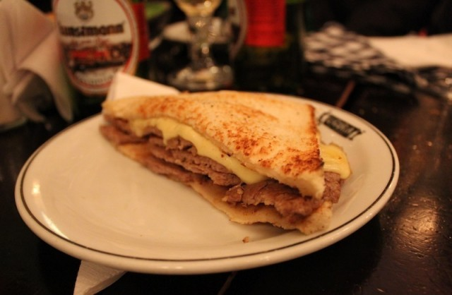 O famoso sanduíche chileno, o Barros Luco. Na foto, o sanduíche do Liguria