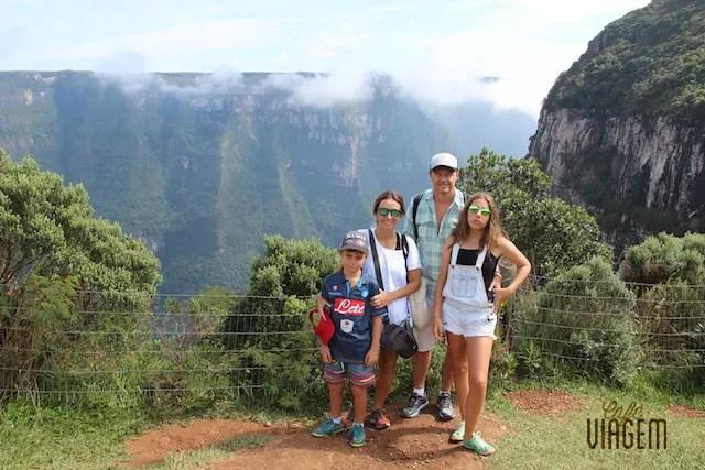 Foto da família no meio da trilha e a cara de mau humor da minha filha adole