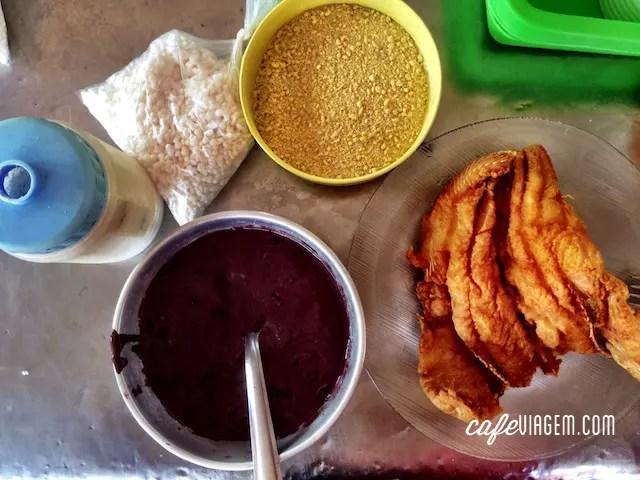 uma das comidas típicas de Belém: peixe frito com açaí e farinha de mandioca e tapioca e