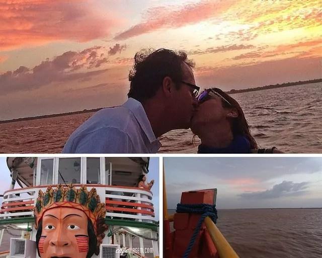 O fim de tarde no passeio de barco é turístico, e bem romântico