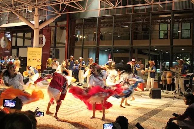 Durante a caminhada pelas Docas, vimos uma apresentação cultural de dança regional