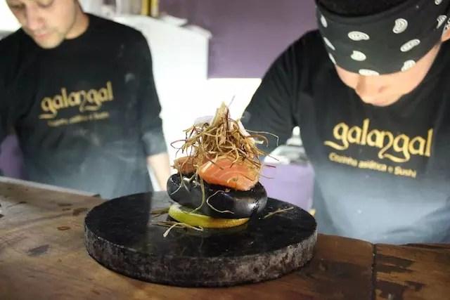 a preparação dos pratos na cozinha aberta do Galangal