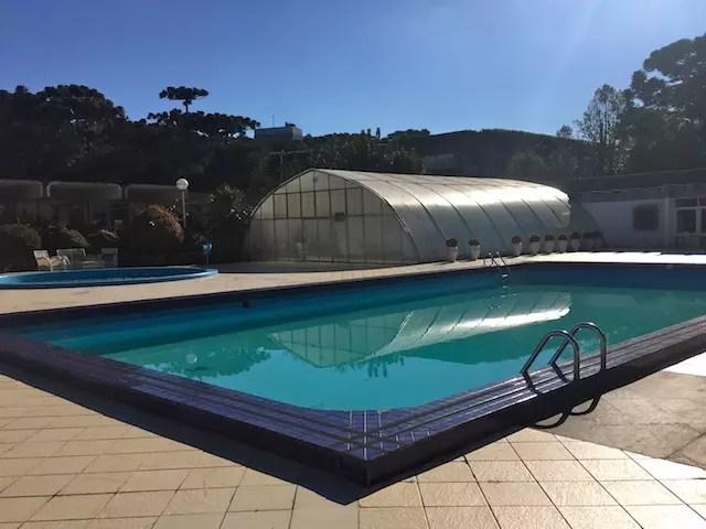 A piscina ao ar livre com cara de inverno