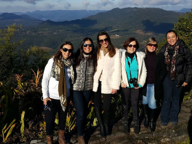 As blogueiras felizes por estarem juntas na foto clássica no murinho do Laje de Pedra para o Vale do Quilombo